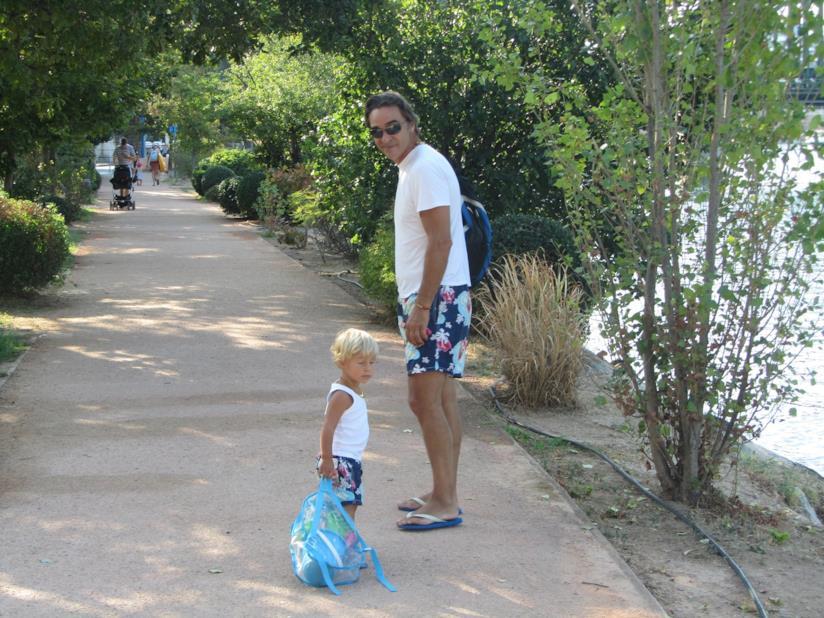 La valigia per il mare per i bambini e il look da spiaggia