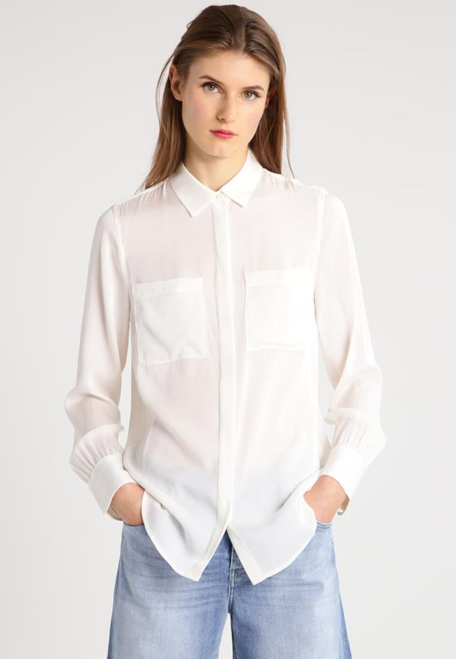 Donna che indossa la camicia bianca