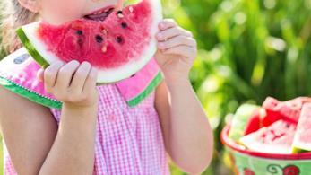 Bambina che mangia l'anguria.