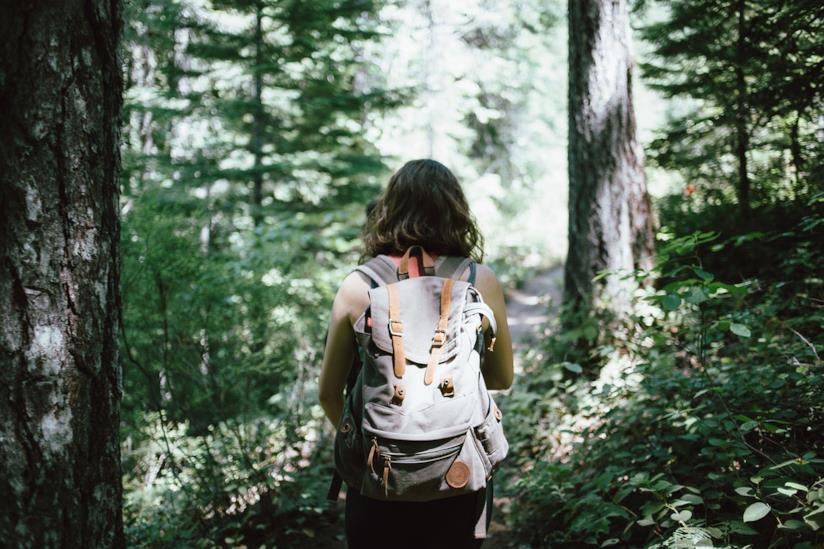 Una donna con uno zaino sulle spalle.