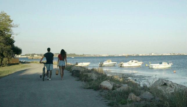 Amin e Ophélie camminano fianco a fianco in una scena di Mektoub My Love
