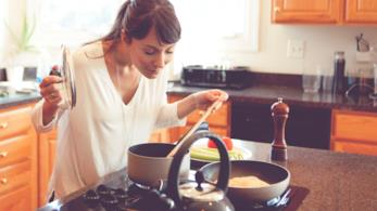 Una bella ragazza è impegnata a cucinare
