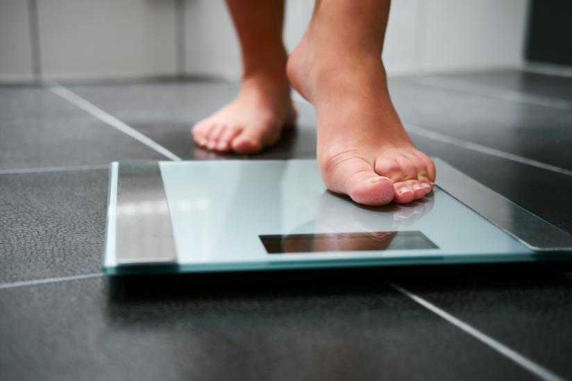 Una donna che si pesa.