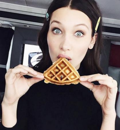 Bella Hadid addenta un waffle