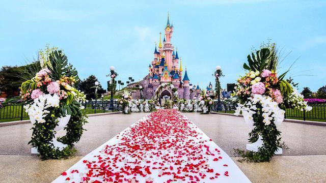 L'allestimento di un matrimonio sotto il castello di Disneyland Paris