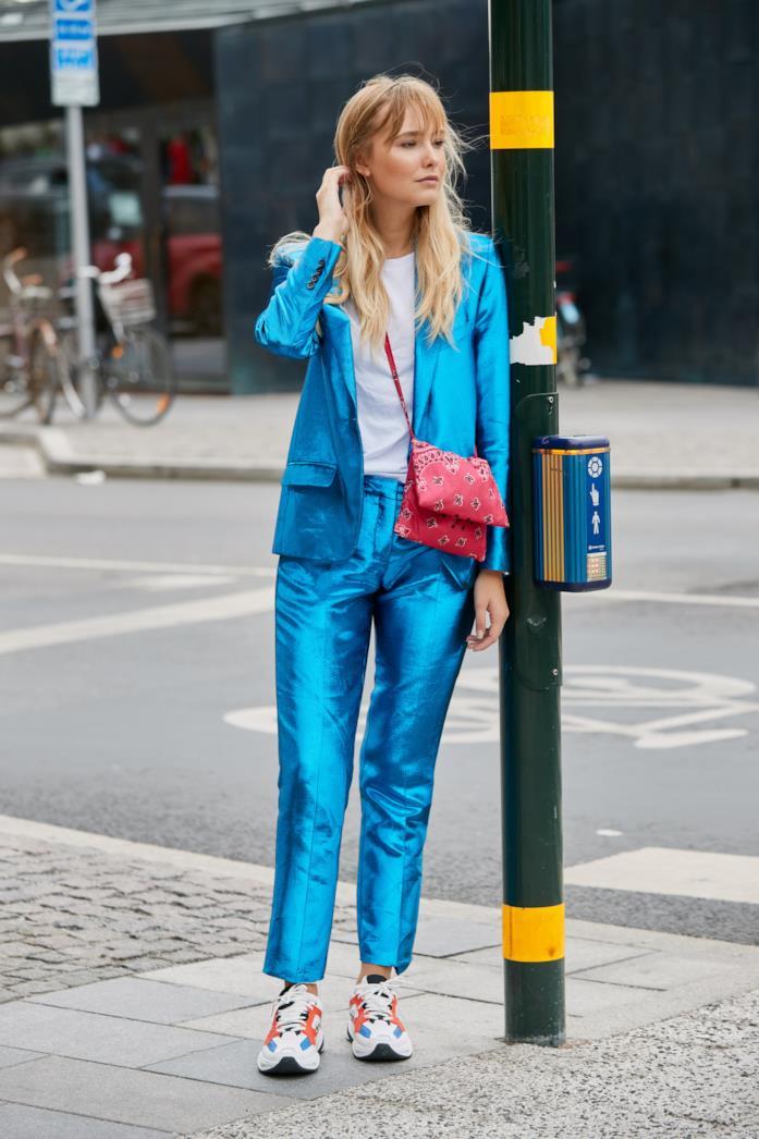 Sneakers colorate indossate con giacca e pantaloni coordinati