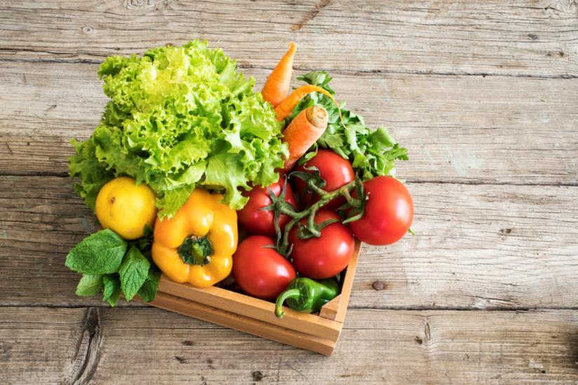 Cesto di legno ricco di verdura