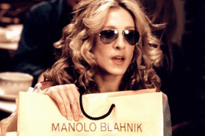 Carrie Bradshaw con un sacchetto Manolo Blahnik