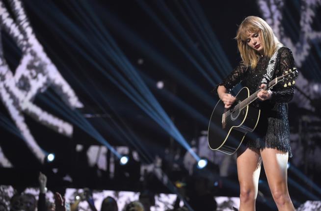 Taylor Swift durante una delle sue esibizioni live