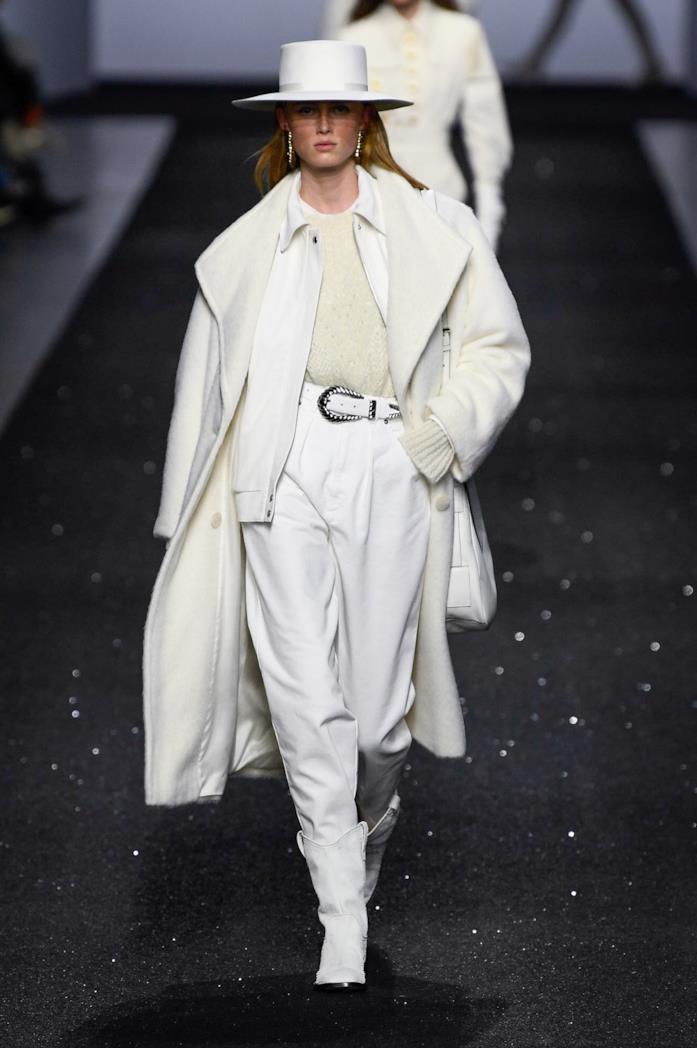 Un look bianco della sfilata Alberta Ferretti
