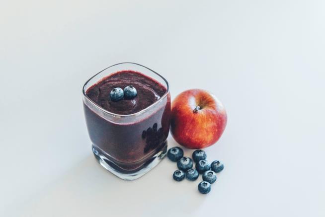 Frullato con mela e mirtilli