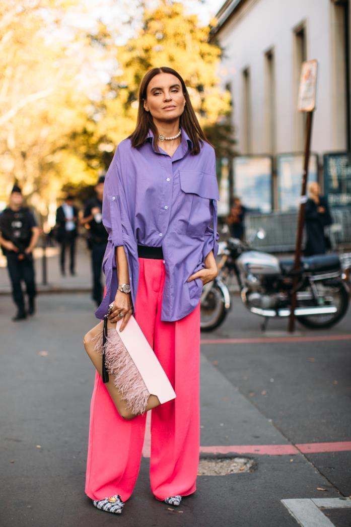 Look dai colori fluo con camicia viola e pantaloni fucsia