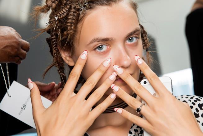 Unghie bianche e rosse con nail art semplice