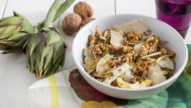 Insalata carciofi crudi, noci e parmigiano