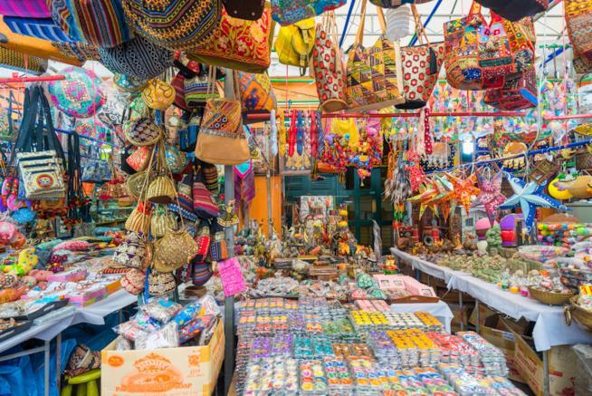 Un mercato indiano con oggettistica tipica e colorata