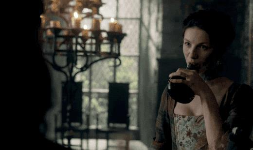 Claire Randall beve in Outlander