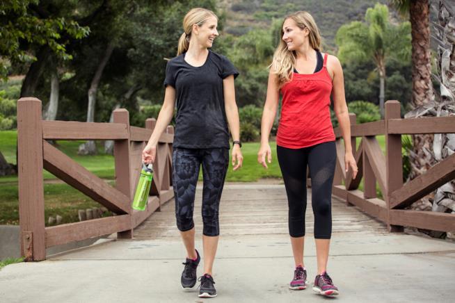 Due giovani donne camminano l'una di fianco all'altra