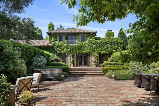 Il cortile del ranch californiano di Michelle Pfeiffer