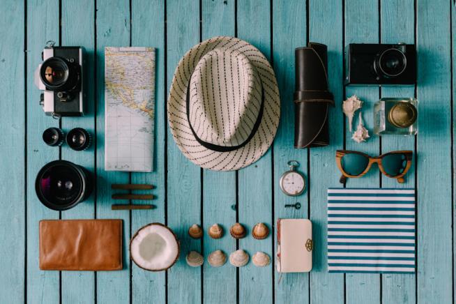 Tavola con adagiati sopra oggetti per un viaggio