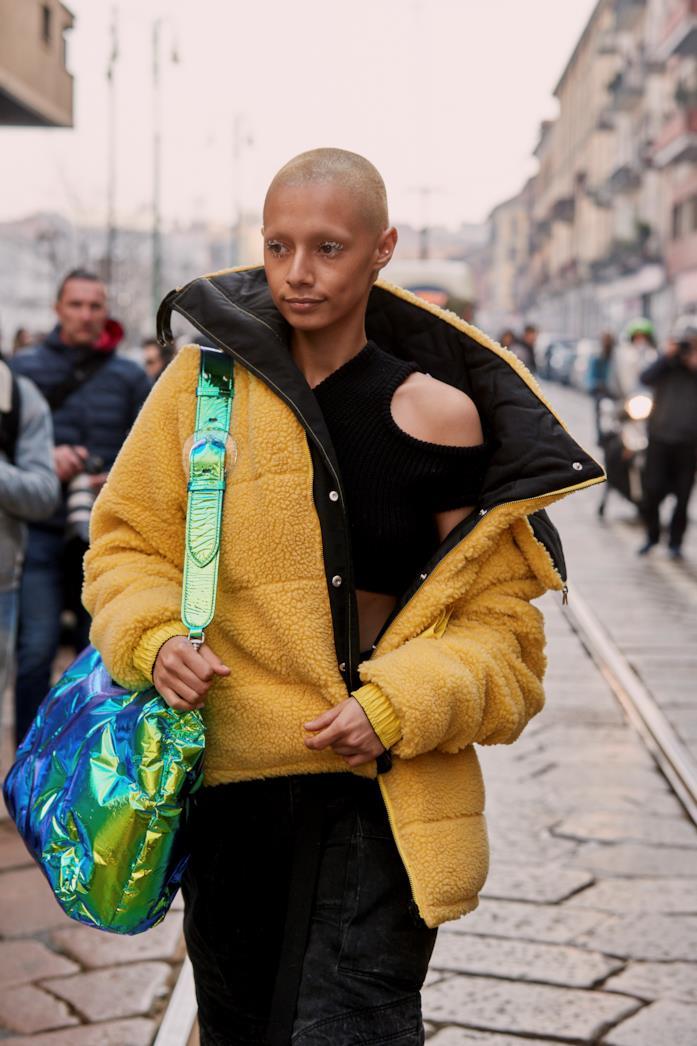Street Style Milano Fashion Week 2019 borsa iridescente