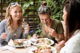 Gli alimenti da evitare in estate vanno dagli insaccati alle bevande zuccherate