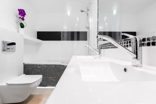 Un bagno di piccole dimensioni con mobili studiati ad hoc per adattarsi all'ambiente