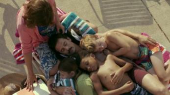 La famiglia Pearson al completo in piscina, unita nonostante le difficoltà