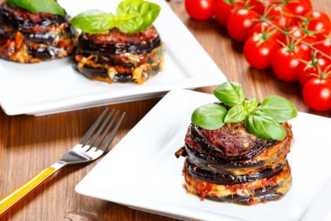 Sandwich di melanzane, mozzarella, ragù di zucchine e pomodori