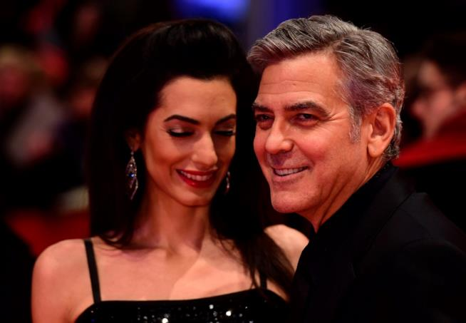 George Clooney e Amal in primo piano