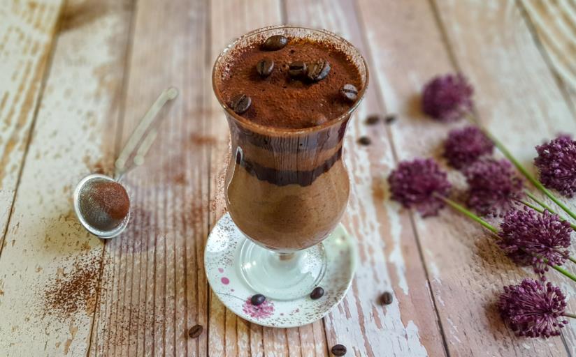 Bicchiere con dessert al cucchiaio