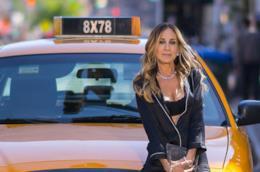 Sarah Jessica Parker davanti a un taxi
