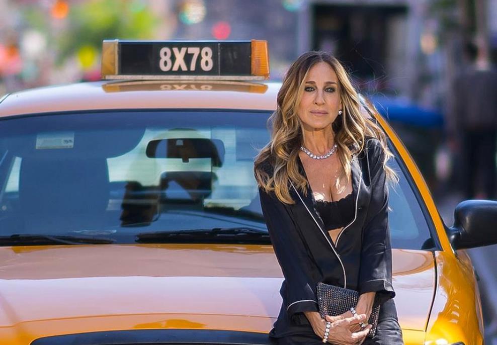 3a709fc6a3 Sarah Jessica Parker indossa un look in stile Carrie Bradshaw
