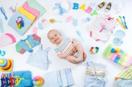 Un neonato con tante cose sparse intorno