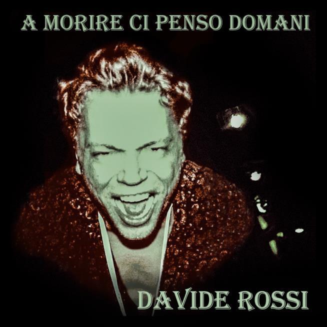 Primo piano di Davide Rossi, con la bocca aperta e una giacca rossa