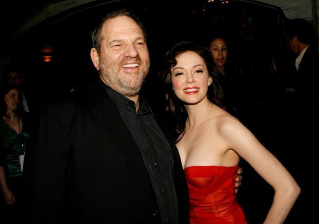 Una vecchia foto di Harvey Weinstein con Rose McGowan