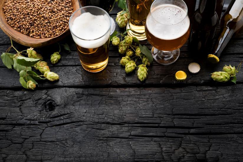 Claici di birra su un tavolo scuro