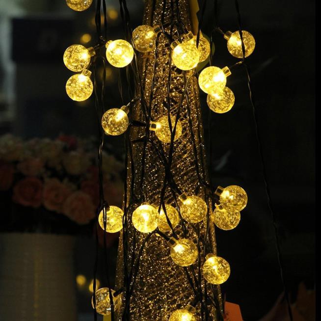 Dettaglio delle luci a forma di lampadina