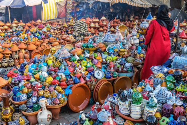 Ceramiche in vendita in un souk di Meknès