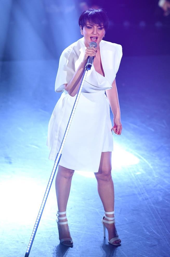 Arisa in un mini abito bianco
