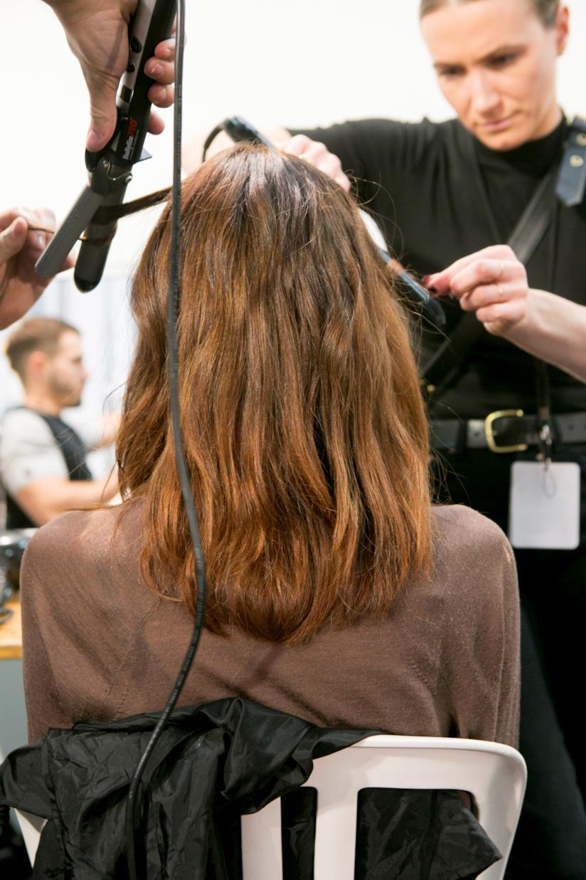 Hairstyle leggermente mosso su taglio medio lungo