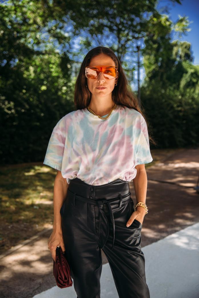 Outfit composto da t-shirt XXL dallo Street Style di Milano 2019