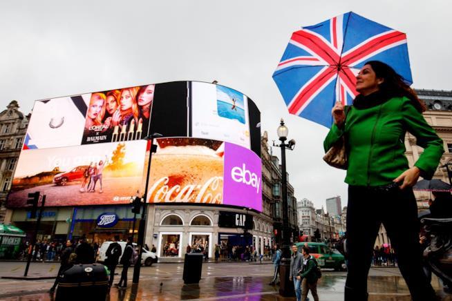 Persone di passaggio a Piccadilly Circus, Londra