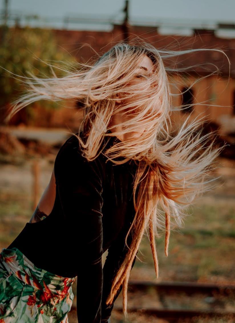 Modella con capelli biondi e sfilati