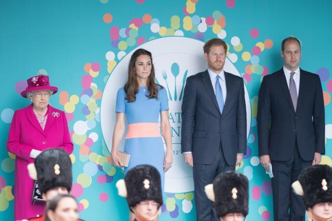La Regina Elisabetta con Kate Middleton, Harry e William