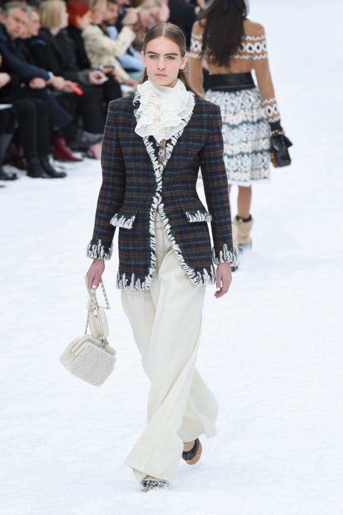 Un look della sfilata Chanel