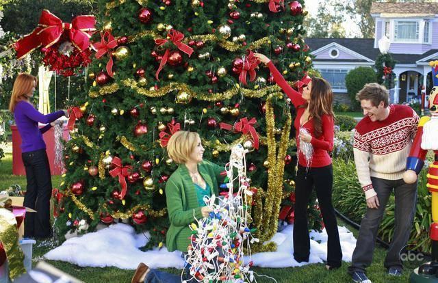 Lynette, Bree e Gabrielle decorano l'albero del quartiere