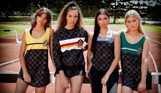 Alcuni capi della linea di abiti sportivi ispirata a Harry Potter indosso a 4 modelle