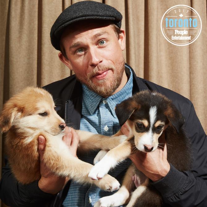Charlie Hunnam tiene due cuccioli in braccio