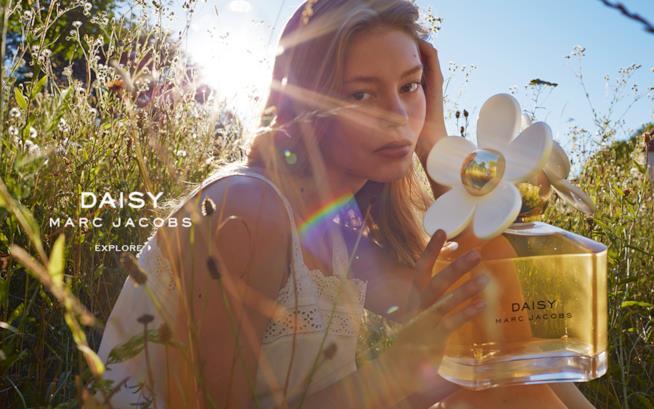 Modella con confezione di Daisy di Marc Jacobs