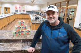 Russell Crowe posa nella fabbrica di tè Harrogate